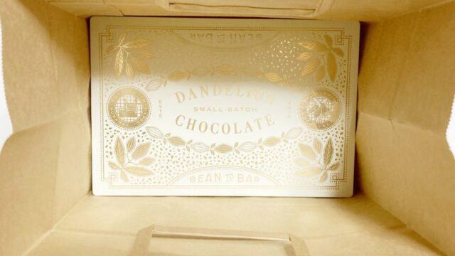 ダンデライオン・チョコレートのクッキーを紙袋に入れた状態